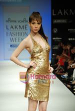 Model walks the ramp for Arpan Vohra Show at Lakme Winter fashion week day 3 on 19th Sept 2010 (35).JPG