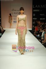 Model walks the ramp for Arpan Vohra Show at Lakme Winter fashion week day 3 on 19th Sept 2010 (60).JPG