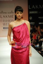 Model walks the ramp for Arpan Vohra Show at Lakme Winter fashion week day 3 on 19th Sept 2010 (73).JPG