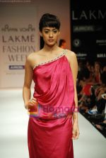 Model walks the ramp for Arpan Vohra Show at Lakme Winter fashion week day 3 on 19th Sept 2010 (74).JPG