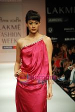 Model walks the ramp for Arpan Vohra Show at Lakme Winter fashion week day 3 on 19th Sept 2010 (75).JPG