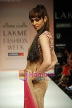 Model walks the ramp for Arpan Vohra Show at Lakme Winter fashion week day 3 on 19th Sept 2010 (86).JPG