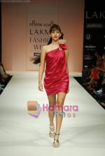 Model walks the ramp for Arpan Vohra Show at Lakme Winter fashion week day 3 on 19th Sept 2010 (89).JPG