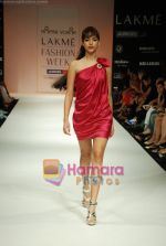 Model walks the ramp for Arpan Vohra Show at Lakme Winter fashion week day 3 on 19th Sept 2010 (90).JPG