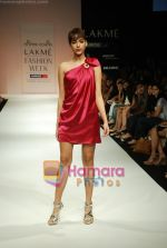 Model walks the ramp for Arpan Vohra Show at Lakme Winter fashion week day 3 on 19th Sept 2010 (91).JPG