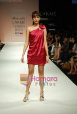 Model walks the ramp for Arpan Vohra Show at Lakme Winter fashion week day 3 on 19th Sept 2010 (92).JPG