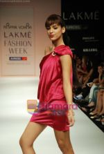 Model walks the ramp for Arpan Vohra Show at Lakme Winter fashion week day 3 on 19th Sept 2010 (93).JPG