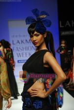 Model walks the ramp for Debarun Show at Lakme Winter fashion week day 3 on 19th Sept 2010 (112).JPG