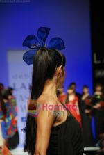Model walks the ramp for Debarun Show at Lakme Winter fashion week day 3 on 19th Sept 2010 (114).JPG