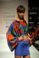 Model walks the ramp for Debarun Show at Lakme Winter fashion week day 3 on 19th Sept 2010 (14).JPG