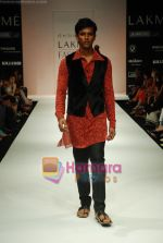 Model walks the ramp for Debarun Show at Lakme Winter fashion week day 3 on 19th Sept 2010 (20).JPG