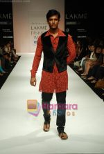 Model walks the ramp for Debarun Show at Lakme Winter fashion week day 3 on 19th Sept 2010 (21).JPG