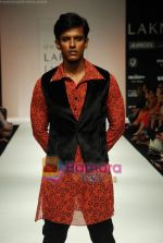 Model walks the ramp for Debarun Show at Lakme Winter fashion week day 3 on 19th Sept 2010 (23).JPG