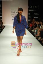 Model walks the ramp for Debarun Show at Lakme Winter fashion week day 3 on 19th Sept 2010 (27).JPG