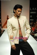 Model walks the ramp for Debarun Show at Lakme Winter fashion week day 3 on 19th Sept 2010 (4).JPG