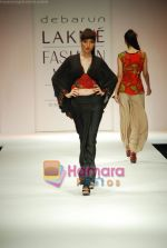 Model walks the ramp for Debarun Show at Lakme Winter fashion week day 3 on 19th Sept 2010 (40).JPG