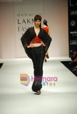 Model walks the ramp for Debarun Show at Lakme Winter fashion week day 3 on 19th Sept 2010 (43).JPG