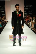 Model walks the ramp for Debarun Show at Lakme Winter fashion week day 3 on 19th Sept 2010 (61).JPG