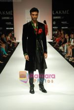 Model walks the ramp for Debarun Show at Lakme Winter fashion week day 3 on 19th Sept 2010 (62).JPG