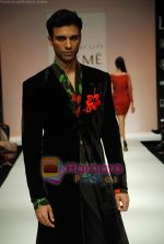 Model walks the ramp for Debarun Show at Lakme Winter fashion week day 3 on 19th Sept 2010 (63).JPG