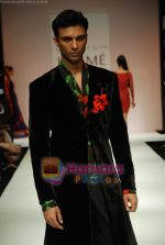 Model walks the ramp for Debarun Show at Lakme Winter fashion week day 3 on 19th Sept 2010 (64).JPG
