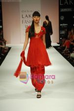 Model walks the ramp for Debarun Show at Lakme Winter fashion week day 3 on 19th Sept 2010 (82).JPG