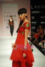 Model walks the ramp for Debarun Show at Lakme Winter fashion week day 3 on 19th Sept 2010 (85).JPG