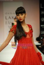 Model walks the ramp for Debarun Show at Lakme Winter fashion week day 3 on 19th Sept 2010 (87).JPG