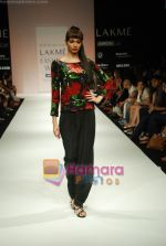 Model walks the ramp for Debarun Show at Lakme Winter fashion week day 3 on 19th Sept 2010 (92).JPG