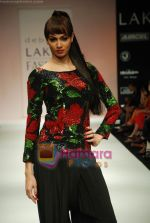Model walks the ramp for Debarun Show at Lakme Winter fashion week day 3 on 19th Sept 2010 (95).JPG