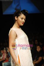 Model walks the ramp for Masab Show at Lakme Winter fashion week day 3 on 19th Sept 2010 (19).JPG