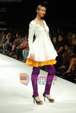 Model walks the ramp for Masab Show at Lakme Winter fashion week day 3 on 19th Sept 2010 (20).JPG