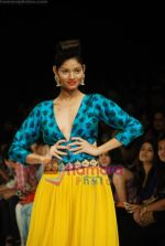 Model walks the ramp for Masab Show at Lakme Winter fashion week day 3 on 19th Sept 2010 (25).JPG