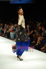 Model walks the ramp for Masab Show at Lakme Winter fashion week day 3 on 19th Sept 2010 (30).JPG