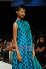 Model walks the ramp for Masab Show at Lakme Winter fashion week day 3 on 19th Sept 2010 (42).JPG