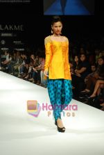 Model walks the ramp for Masab Show at Lakme Winter fashion week day 3 on 19th Sept 2010 (49).JPG
