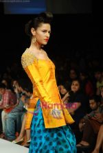 Model walks the ramp for Masab Show at Lakme Winter fashion week day 3 on 19th Sept 2010 (51).JPG