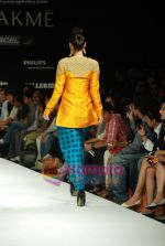 Model walks the ramp for Masab Show at Lakme Winter fashion week day 3 on 19th Sept 2010 (52).JPG