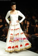 Model walks the ramp for Masab Show at Lakme Winter fashion week day 3 on 19th Sept 2010 (62).JPG