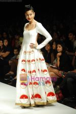 Model walks the ramp for Masab Show at Lakme Winter fashion week day 3 on 19th Sept 2010 (63).JPG