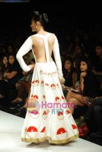 Model walks the ramp for Masab Show at Lakme Winter fashion week day 3 on 19th Sept 2010 (64).JPG