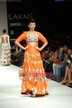 Model walks the ramp for Masab Show at Lakme Winter fashion week day 3 on 19th Sept 2010 (66).JPG