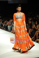 Model walks the ramp for Masab Show at Lakme Winter fashion week day 3 on 19th Sept 2010 (69).JPG