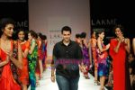 Model walks the ramp for Nachiket Barve Show at Lakme Winter fashion week day 3 on 19th Sept 2010 (31).JPG