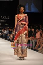Model walks the ramp for Nandita Thirani Show at Lakme Winter fashion week day 3 on 19th Sept 2010 (15).JPG
