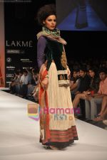 Model walks the ramp for Nandita Thirani Show at Lakme Winter fashion week day 3 on 19th Sept 2010 (17).JPG