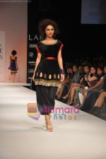Model walks the ramp for Nandita Thirani Show at Lakme Winter fashion week day 3 on 19th Sept 2010 (2).JPG