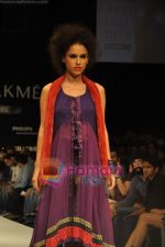 Model walks the ramp for Nandita Thirani Show at Lakme Winter fashion week day 3 on 19th Sept 2010 (23).JPG