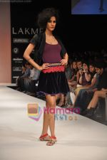 Model walks the ramp for Nandita Thirani Show at Lakme Winter fashion week day 3 on 19th Sept 2010 (25).JPG
