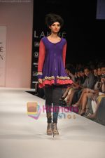 Model walks the ramp for Nandita Thirani Show at Lakme Winter fashion week day 3 on 19th Sept 2010 (27).JPG